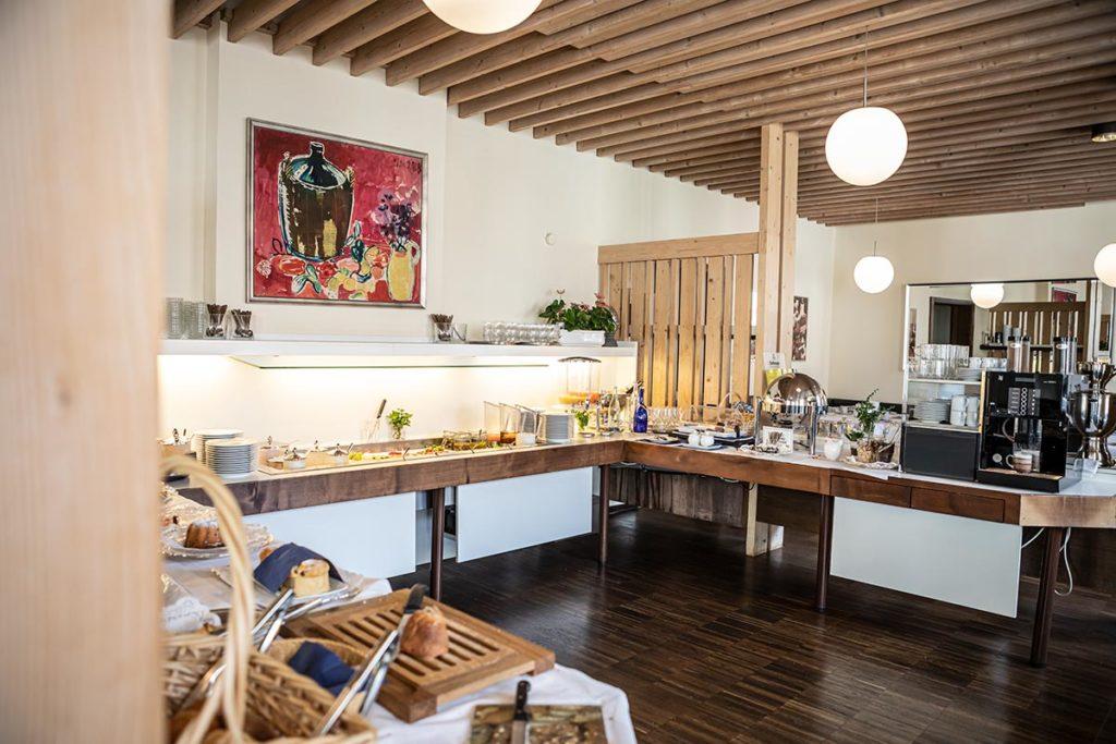 Frühstücksraum mit Büfett im Dom Hotel Augsburg